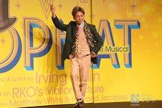 自身の演じるアルベルト役をイメージしたポーズを決める屋良朝幸。