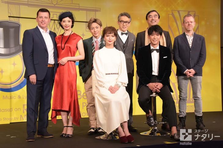 ミュージカル「TOP HAT」製作発表より、前列左から多部未華子、坂本昌行。後列左からビル・ディーマー、朝海ひかる、屋良朝幸、浅野和之、益岡徹、マシュー・ホワイト。