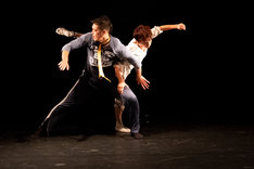愛知県芸術劇場ミニセレ「ダンス・セレクション」より、+81「Lilly and I」の様子。(撮影:羽鳥直志)