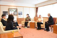 グレゴール・シュナイダーとやなぎみわが、久元喜造神戸市長と面会した際の様子。