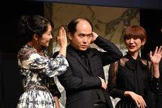 オーディエンス向けのフォトセッションのためにポーズを取る斎藤司(中央)。