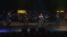 「繭期夜会」第2部より、「ケリトン出版社」を歌唱する末満健一、東啓介、新良エツ子、和田俊輔。