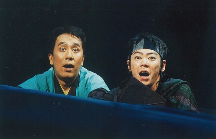 「ニンゲン御破産」より、左から中村勘三郎(当時は中村勘九郎)、阿部サダヲ。