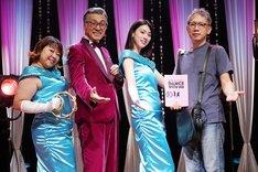 映画「ダンスウィズミー」撮影現場より。左からやしろ優、宝田明、三吉彩花、矢口史靖。