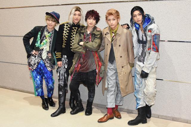 舞台「RE:VOLVER」フォトセッションより。左から櫻井圭登、安西慎太郎、植田圭輔、橋本祥平、山田ジェームス武。