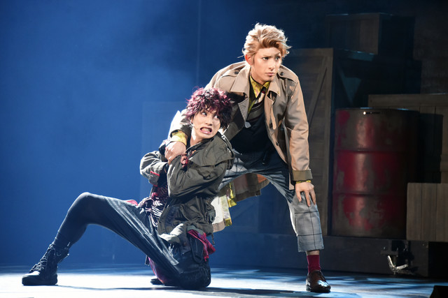 舞台「RE:VOLVER」公開ゲネプロより。左から植田圭輔演じる聖木、橋本祥平演じる伊透。