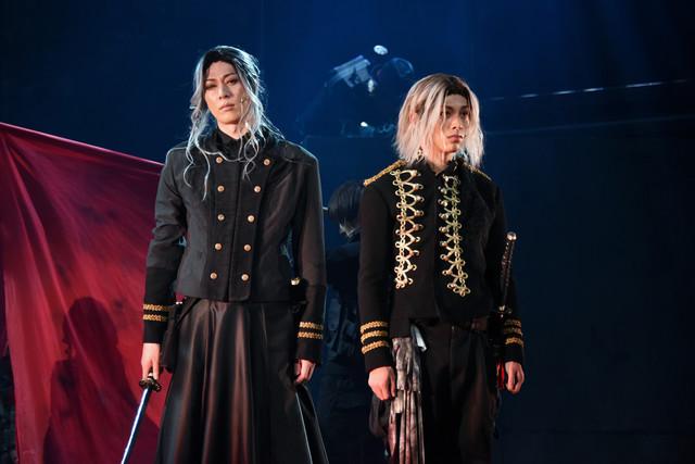 舞台「RE:VOLVER」公開ゲネプロより。左から成松慶彦演じる倭潮、安西慎太郎演じる阿羅来。