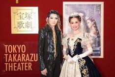 宝塚歌劇月組「ミュージカル『エリザベート―愛と死の輪舞(ロンド)―』」囲み取材より、左から珠城りょう、愛希れいか。
