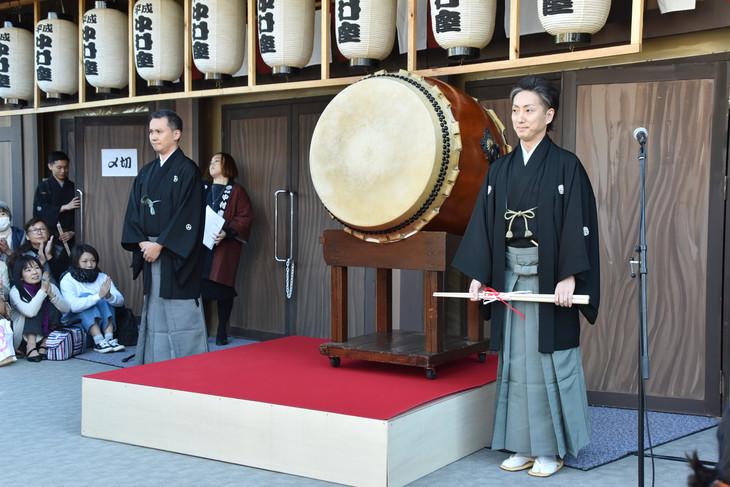 平成中村座「十一月大歌舞伎」十八世中村勘三郎七回忌追善より、一番太鼓の儀の様子。