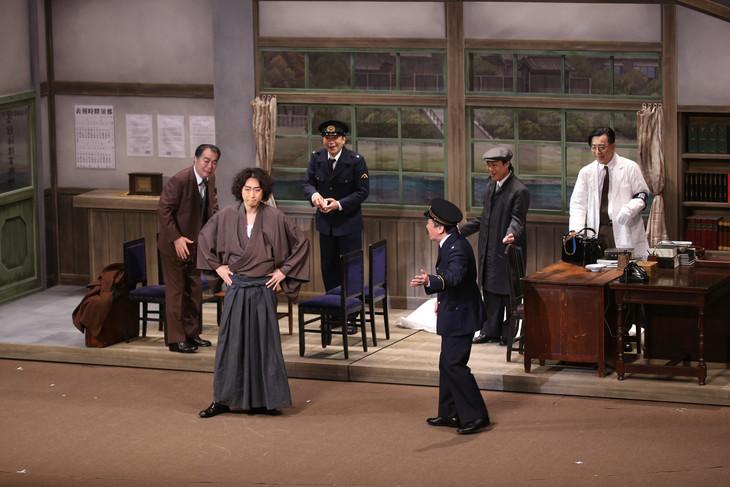 11月新派特別公演「犬神家の一族」より。前列左から喜多村緑郎演じる金田一耕助、佐藤B作演じる橘警察署長。