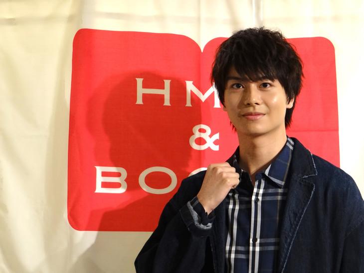 スタイルブック「sincere blue(シンシア・ブルー)」発売記念イベントより、ガッツポーズをする多和田任益。