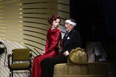 ミュージカル「TOP HAT」より、左から朝海ひかる演じるマッジ、益岡徹演じるホレス。