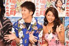 「歌喜劇 / 市場三郎~グアムの恋」囲み取材より、左から濱田崇裕(ジャニーズWEST)、大和田美帆。