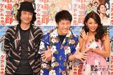 「歌喜劇 / 市場三郎~グアムの恋」囲み取材より、「これが新聞とかに載るんですよね……」と呟きながらポーズを取る濱田崇裕(ジャニーズWEST)。