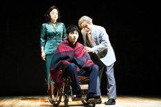 舞台手前左から上杉柊平演じる安永透、笈田ヨシ演じる老年期の本多繁邦。神野三鈴演じる久松慶子(舞台奥)。