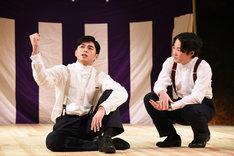 左から東出昌大演じる松枝清顕、大鶴佐助演じる青年期の本多繁邦。
