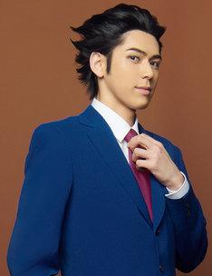 加藤将扮する成歩堂龍一。