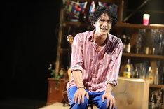 OFFICE SHIKA PRODUCE「さよなら鹿ハウス」より、渡部豪太演じる角田角一郎。(撮影:和田咲子)