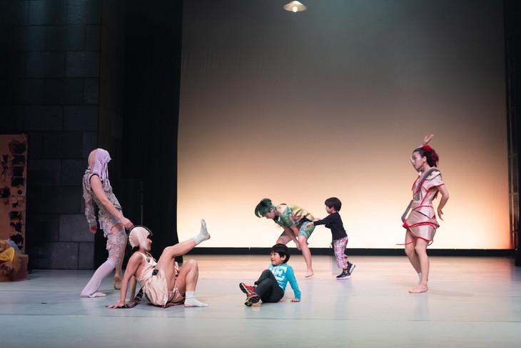 プロジェクト大山2018新作公演「すばらしきあいまいな世界」より。(撮影:松本和幸)