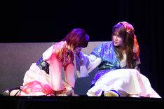 左から生駒里奈演じるヨナ、樋口裕太演じるユン。