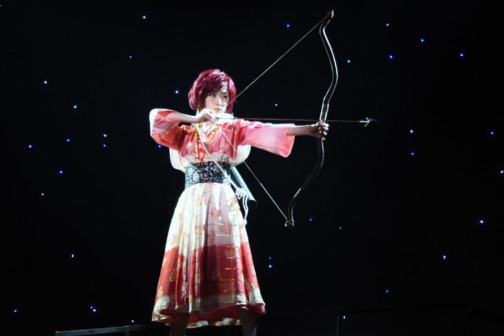 舞台「暁のヨナ~緋色の宿命編~」公開ゲネプロより。生駒里奈演じるヨナ。