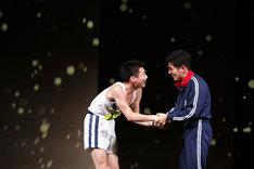 左から宮崎秋人演じる円谷幸吉、和田正人演じる畠野洋夫。(撮影:神ノ川智早)