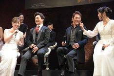 「ファントムを演じてみたい」と話す平原綾香(左端)に「俺がクリスティーヌか!?」とツッコむ市村正親(右から2番目)。