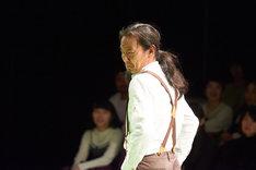 ダンスで演劇「右まわりのおとこ」より。(撮影:二石友希)