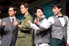project K「僕らの未来」囲み取材より、「手、反対じゃないですか?」となだぎ武(右端)にツッコむ鎌苅健太(右から2番目)。