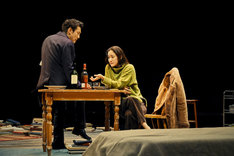 新国立劇場 2018/2019シーズン「スカイライト」より。左から浅野雅博、蒼井優。(撮影:細野晋司)
