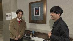 NHK Eテレ「SWITCHインタビュー 達人達(たち)『柳楽優弥×藤田貴大』」より。左から柳楽優弥、藤田貴大。(写真提供:NHK)