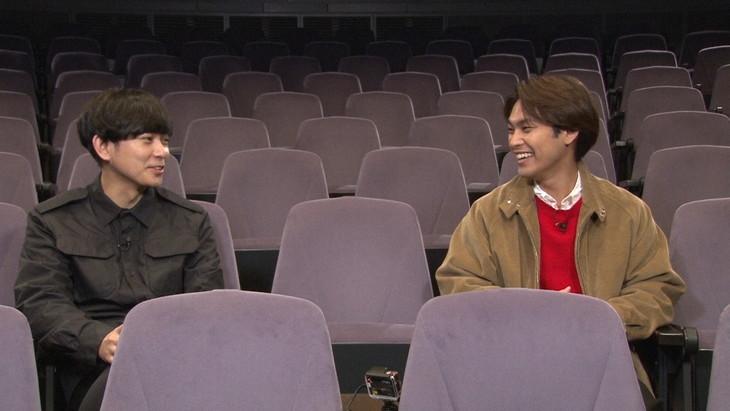 NHK Eテレ「SWITCHインタビュー 達人達(たち)『柳楽優弥×藤田貴大』」より。左から藤田貴大、柳楽優弥。(写真提供:NHK)