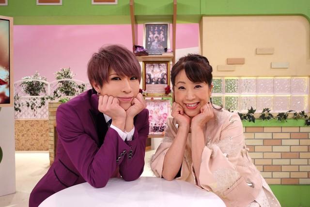 左から歌広場淳(ゴールデンボンバー)、関純子。(c)関西テレビ