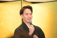 「松也兄さんは昭和生まれ……」と尾上松也に語りかける中村歌昇。