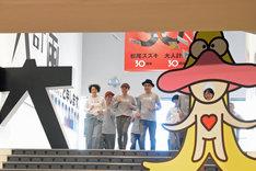 松尾スズキ+大人計画 30周年イベント「30祭(SANJUSSAI)」オープニングセレモニーの様子。走って会場入りするメンバーたち。