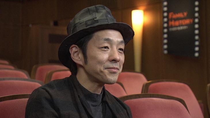 NHK総合「ファミリーヒストリー『宮藤官九郎~人の中で人は育つ 亡き父の教え~』」より。(写真提供:NHK)