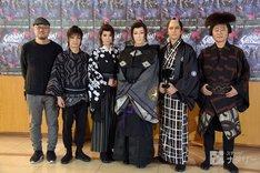音楽活劇「SHIRANAMI」囲み取材より、左からG2、喜矢武豊、龍真咲、早乙女太一、伊礼彼方、松尾貴史。