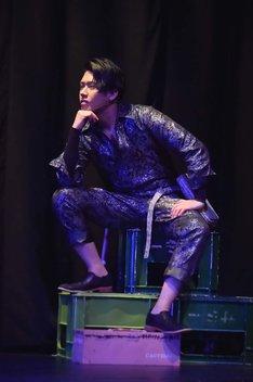 SHUN(Beat Buddy Boi)演じるインスペクター。(撮影:鏡田伸幸)