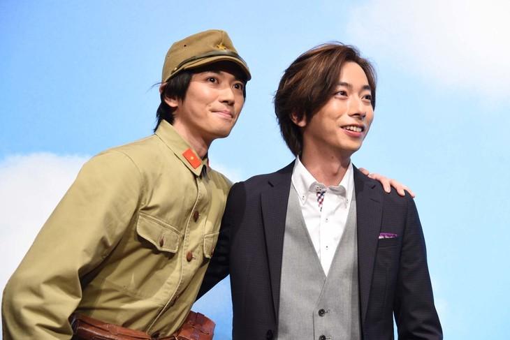 「トリッパー遊園地」製作発表より、肩を組んで撮影に応じる辰巳雄大(ふぉ~ゆ~)、河合郁人(A.B.C-Z)。