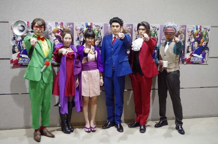舞台「逆転裁判 -逆転のGOLD MEDAL-」出演者。左から小南光司、大矢真那、中村麗乃、加藤将、小波津亜廉、友常勇気。