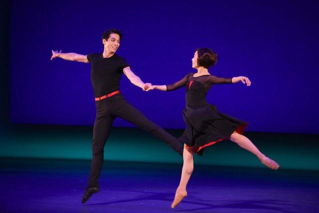 劇団四季 ミュージカル「パリのアメリカ人」舞台稽古より、左から酒井大演じるジェリー、石橋杏実演じるリズ。