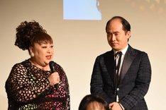 森公美子(左)からのアドバイスを受けるトレンディエンジェル斎藤(右)。