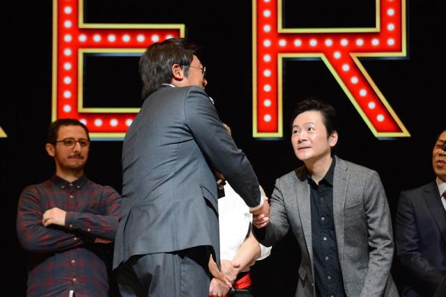 影山雄成氏と握手を交わすペリー・キー。