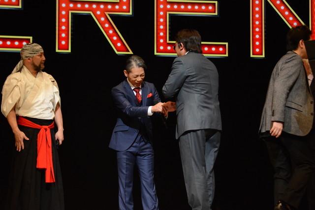 HIDEBOHと握手を交わすペリー・キー。