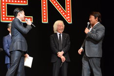 高平哲郎(中央)のヘアスタイルを褒めるペリー・キー(右)。