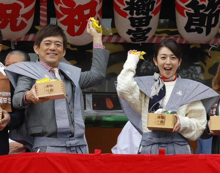 「めんたいぴりり~博多座版~未来永劫編」節分イベントより。左から博多華丸、酒井美紀。