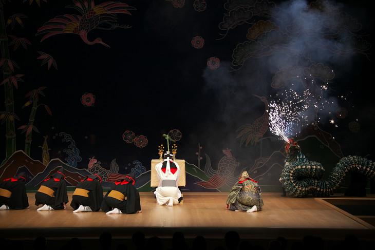 組踊「孝行の巻」より。(写真提供:国立劇場おきなわ)