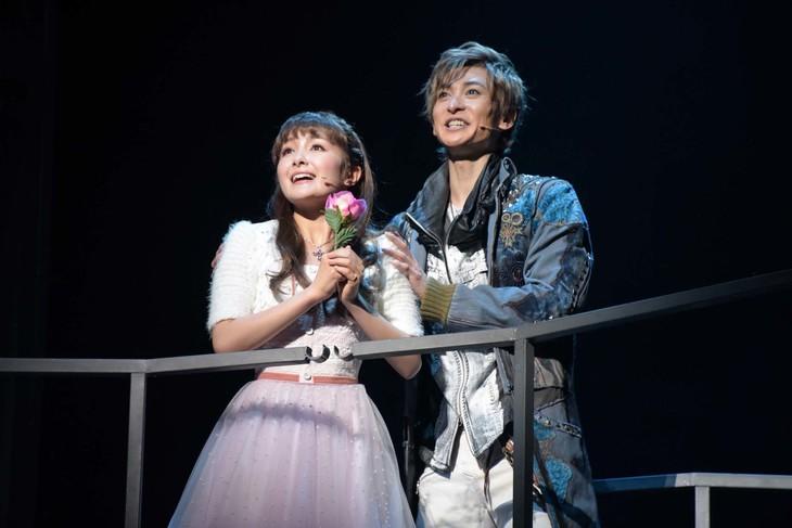 ミュージカル「ロミオ&ジュリエット」ゲネプロより、左から葵わかな演じるジュリエット、古川雄大演じるロミオ。
