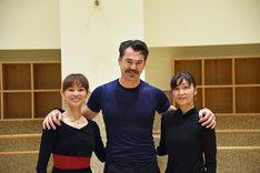 左から荒井祐子、スチュアート・キャシディ、前田真由子。