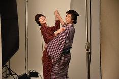 左から緒川たまき、妻夫木聡。